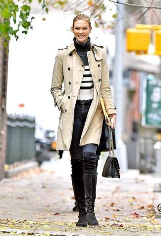 Wie kombinieren: hellbeige Trenchcoat, weißer und schwarzer horizontal gestreifter Rollkragenpullover, dunkelgraue enge Jeans, schwarze Overknee Stiefel aus Wildleder