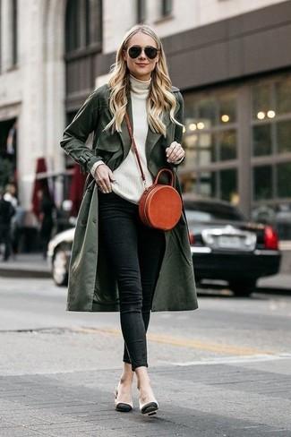Wie kombinieren: olivgrüner Trenchcoat, weißer Rollkragenpullover, schwarze enge Jeans, hellbeige Leder Pumps