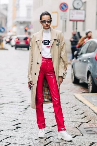 Hellbeige Trenchcoat kombinieren: trends 2020: Die Paarung aus einem hellbeige Trenchcoat und roten Lederjeans liefert lässigen und genialen Stil. Vervollständigen Sie Ihr Look mit weißen klobigen Leder Oxford Schuhen.