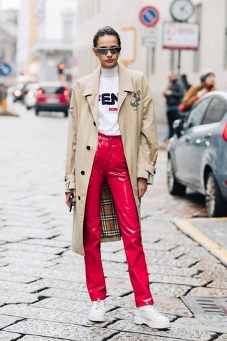 Wie kombinieren: hellbeige Trenchcoat, weißer bedruckter Rollkragenpullover, rote Lederjeans, weiße klobige Leder Oxford Schuhe