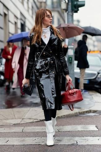 Wie kombinieren: schwarzer Leder Trenchcoat, weißer Rollkragenpullover, schwarze Leggings, weiße Leder mittelalte Stiefel