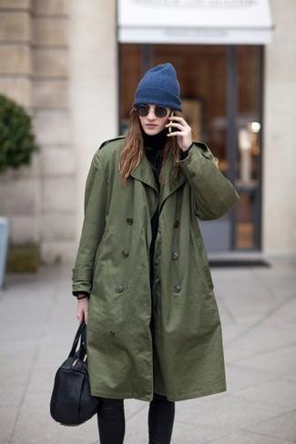 Wie kombinieren: olivgrüner Trenchcoat, schwarzer Rollkragenpullover, schwarze Leggings, schwarze Shopper Tasche aus Leder