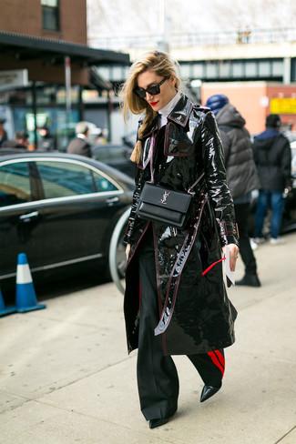 Wie kombinieren: schwarzer Leder Trenchcoat, weißer Rollkragenpullover, schwarze Schlaghose, schwarze Leder Stiefeletten