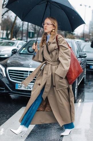 Rote Shopper Tasche aus Leder kombinieren: trends 2020: Mit dieser Kombi aus einem beige Trenchcoat und einer roten Shopper Tasche aus Leder werden Sie die perfekte Balance zwischen schlichtem Trend-Look und modischem Aussehen schaffen. Weiße Leder Stiefeletten sind eine ideale Wahl, um dieses Outfit zu vervollständigen.