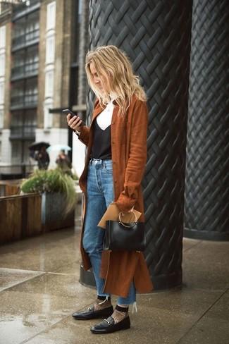 Wie kombinieren: brauner Wildleder Trenchcoat, weißer Rollkragenpullover, schwarzes Seide Trägershirt, blaue Jeans