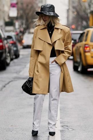 Wie kombinieren: beige Trenchcoat, schwarzer Rollkragenpullover, weiße weite Hose, schwarze Satin Stiefeletten