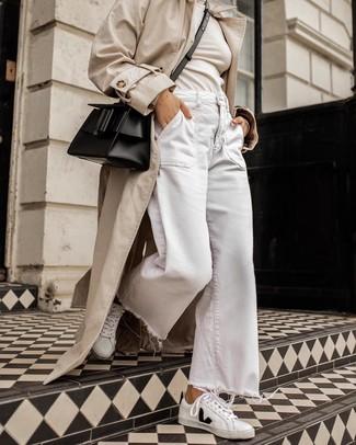 Wie kombinieren: hellbeige Trenchcoat, hellbeige Rollkragenpullover, weiße weite Hose aus Jeans, weiße und schwarze Leder niedrige Sneakers