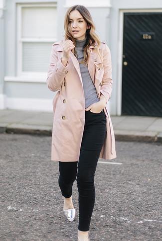 Wie kombinieren: rosa Trenchcoat, grauer Rollkragenpullover, schwarze enge Jeans, silberne Leder Ballerinas