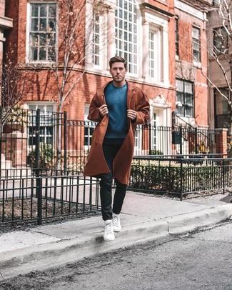 Weiße hohe Sneakers kombinieren: trends 2020: Erwägen Sie das Tragen von einem rotbraunen Trenchcoat und einer schwarzen Chinohose, um einen modischen Freizeitlook zu kreieren. Suchen Sie nach leichtem Schuhwerk? Entscheiden Sie sich für weißen hohe Sneakers für den Tag.