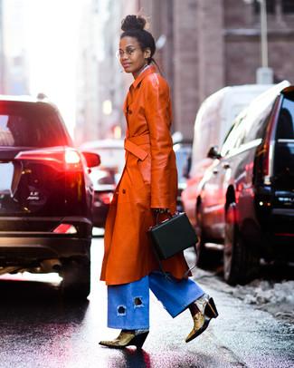 Dunkelbraunen Leder Trenchcoat kombinieren – 2 Damen Outfits: Probieren Sie diese Kombi aus einem dunkelbraunen Leder Trenchcoat und einer hellblauen weiter Hose aus Jeans, um einen perfekten Freizeit-Look zu kreieren. Gelbe Leder Stiefeletten mit Schlangenmuster sind eine großartige Wahl, um dieses Outfit zu vervollständigen.