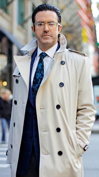 Wie kombinieren: hellbeige Trenchcoat, dunkelblaues Sakko mit Karomuster, weißes Businesshemd, dunkelbraune Wollanzughose
