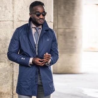Wie kombinieren: dunkelblauer Trenchcoat, graues Baumwollsakko, hellbeige Businesshemd, graue Anzughose