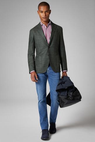 Dunkelblauen Trenchcoat kombinieren: trends 2020: Perfektionieren Sie den modischen Freizeitlook mit einem dunkelblauen Trenchcoat und blauen Jeans. Machen Sie diese Aufmachung leger mit dunkelblauen Chukka-Stiefeln aus Wildleder.