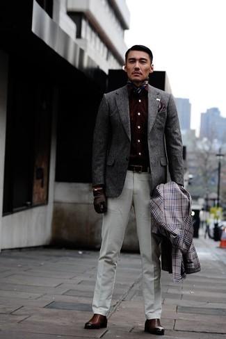 Weiße Anzughose kombinieren: trends 2020: Kombinieren Sie einen grauen Trenchcoat mit Schottenmuster mit einer weißen Anzughose, um vor Klasse und Perfektion zu strotzen. Braune Chelsea Boots aus Leder liefern einen wunderschönen Kontrast zu dem Rest des Looks.