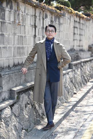 Hellbeige Trenchcoat kombinieren – 332 Herren Outfits: Paaren Sie einen hellbeige Trenchcoat mit einer dunkelblauen Anzughose, um vor Klasse und Perfektion zu strotzen. Wenn Sie nicht durch und durch formal auftreten möchten, vervollständigen Sie Ihr Outfit mit dunkelbraunen Wildleder Slippern.