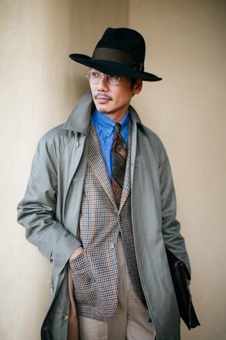 Wie kombinieren: grauer Trenchcoat, graues Sakko mit Hahnentritt-Muster, blaues Jeanshemd, hellbeige Anzughose