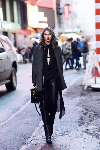 Wie kombinieren: schwarzer leichter Trenchcoat, dunkelgraues Sakko, schwarze Langarmbluse, schwarze Leder enge Jeans
