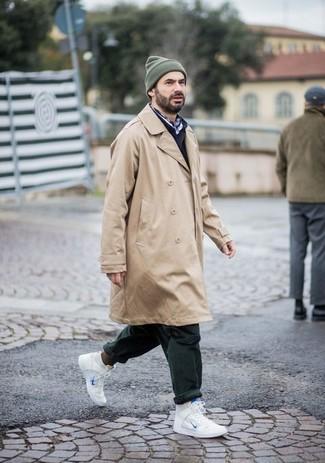 Beige Trenchcoat kombinieren: Perfektionieren Sie den modischen Freizeitlook mit einem beige Trenchcoat und einer dunkelgrünen Chinohose. Wenn Sie nicht durch und durch formal auftreten möchten, ergänzen Sie Ihr Outfit mit weißen hohen Sneakers aus Leder.