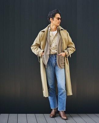 Beige Trenchcoat kombinieren – 279 Herren Outfits: Tragen Sie einen beige Trenchcoat und blauen Jeans, um einen modischen Freizeitlook zu kreieren. Fühlen Sie sich mutig? Vervollständigen Sie Ihr Outfit mit braunen Chelsea Boots aus Leder.