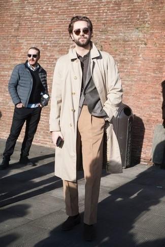Herren Outfits 2021: Kombinieren Sie einen hellbeige Trenchcoat mit einer beige Anzughose für eine klassischen und verfeinerte Silhouette. Fühlen Sie sich ideenreich? Wählen Sie dunkelbraunen Wildleder Slipper.