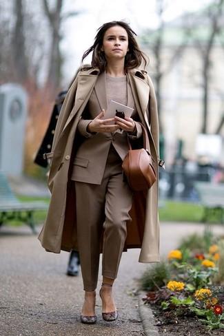 Wie kombinieren: beige Trenchcoat, beige Sakko, hellbeige Pullover mit einem Rundhalsausschnitt, beige Anzughose