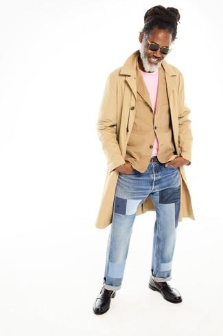 Wie kombinieren: beige Trenchcoat, beige Baumwollsakko, rosa Pullover mit einem Rundhalsausschnitt, hellblaue Jeans mit Flicken