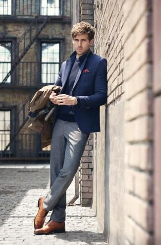 Wie kombinieren: brauner Trenchcoat, dunkelblaues Wollsakko, dunkelblauer Pullover mit einem Rundhalsausschnitt, dunkelblaues gepunktetes Businesshemd