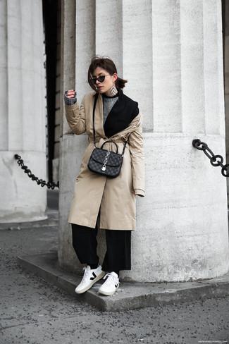 Wie kombinieren: hellbeige Trenchcoat, schwarzes Sakko, grauer Pullover mit einem Rundhalsausschnitt, schwarze weite Hose