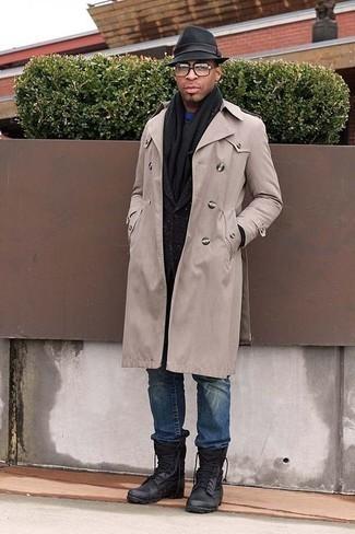 Mode für Herren ab 30 2020: Vereinigen Sie einen hellbeige Trenchcoat mit blauen Jeans für Drinks nach der Arbeit. Fühlen Sie sich ideenreich? Wählen Sie schwarzen Lederarbeitsstiefel.