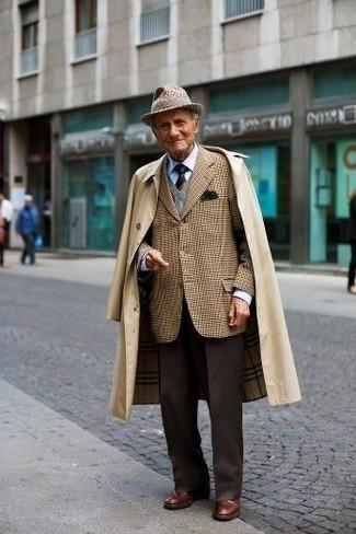 Dunkelbraune Anzughose kombinieren: trends 2020: Tragen Sie einen beige Trenchcoat und eine dunkelbraune Anzughose für eine klassischen und verfeinerte Silhouette. Suchen Sie nach leichtem Schuhwerk? Komplettieren Sie Ihr Outfit mit braunen Leder Derby Schuhen für den Tag.