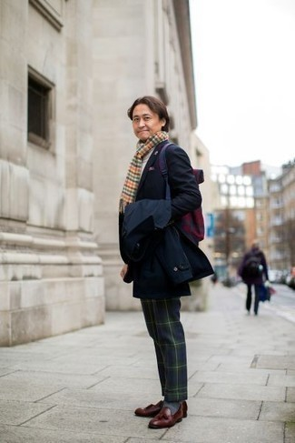 Überzug kombinieren: trends 2020: Geben Sie den bestmöglichen Look ab in einem Überzug und einer dunkelblauen und grünen Anzughose mit Schottenmuster. Fühlen Sie sich ideenreich? Vervollständigen Sie Ihr Outfit mit dunkelroten Leder Slippern mit Quasten.
