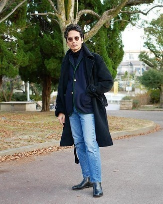 Dunkelblauen Trenchcoat kombinieren – 101 Herren Outfits: Die Paarung aus einem dunkelblauen Trenchcoat und hellblauen Jeans ist eine gute Wahl für einen Tag im Büro. Entscheiden Sie sich für schwarzen Chelsea Boots aus Leder, um Ihr Modebewusstsein zu zeigen.