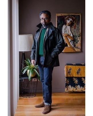 Dunkelblauen Trenchcoat kombinieren – 101 Herren Outfits: Entscheiden Sie sich für einen dunkelblauen Trenchcoat und dunkelblauen Jeans für Ihren Bürojob. Wenn Sie nicht durch und durch formal auftreten möchten, ergänzen Sie Ihr Outfit mit braunen Chukka-Stiefeln aus Wildleder.