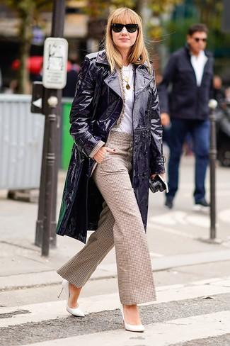Beige Sakko kombinieren – 136 Damen Outfits: Probieren Sie die Paarung aus einem beige Sakko und einer beige weiter Hose mit Karomuster, um einen glamurösen Freizeit-Look zu schaffen. Weiße Leder Pumps sind eine perfekte Wahl, um dieses Outfit zu vervollständigen.