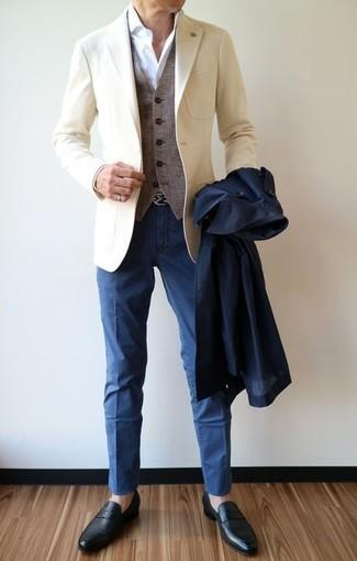 Wie kombinieren: dunkelblauer Trenchcoat, hellbeige Sakko, graue Wollweste, weißes Businesshemd