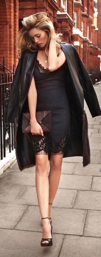 Wie kombinieren: schwarzer Leder Trenchcoat, schwarzes Spitze figurbetontes Kleid, dunkelbraune Leder Sandaletten, dunkelbraune Leder Clutch