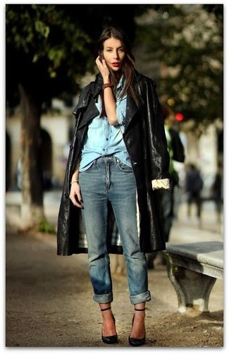 Wie kombinieren: schwarzer Leder Trenchcoat, hellblaues Jeanshemd, blaue Boyfriend Jeans, schwarze Leder Pumps