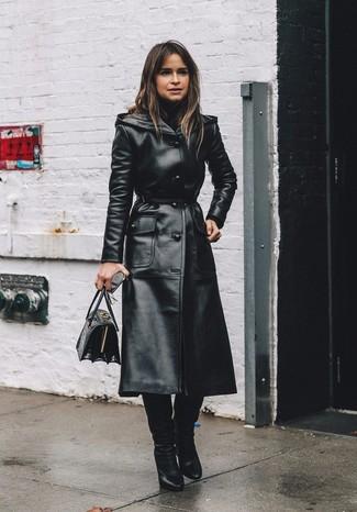 Wie kombinieren: schwarzer Leder Trenchcoat, schwarzer Rollkragenpullover, schwarze kniehohe Stiefel aus Leder, schwarze Satchel-Tasche aus Leder