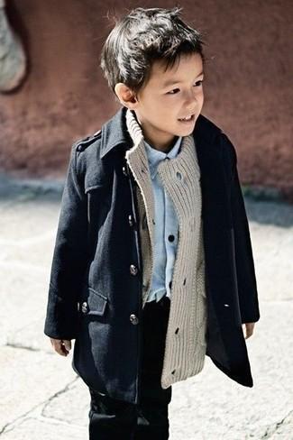 Wie kombinieren: schwarzer Trenchcoat, graue Strickjacke, hellblaues Langarmhemd, schwarze Jeans