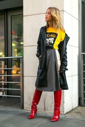 Wie kombinieren: schwarzer Leder Trenchcoat, gelbes bedrucktes T-Shirt mit einem Rundhalsausschnitt, dunkelgrauer vertikal gestreifter ausgestellter Rock, rote Overknee Stiefel aus Leder