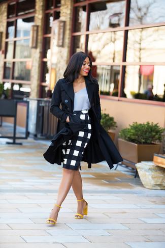 Graues Seide Trägershirt kombinieren – 6 Damen Outfits: Diese Kombi aus einem grauen Seide Trägershirt und einem weißen und schwarzen Bleistiftrock mit Karomuster sieht so toll aus. Vervollständigen Sie Ihr Look mit gelben Leder Sandaletten.