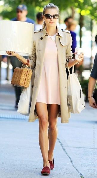 Wie kombinieren: hellbeige Trenchcoat, rosa schwingendes Kleid, dunkelrote Wildleder Slipper, beige Stroh Clutch