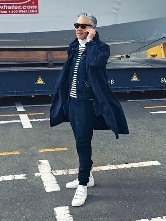 Herren Outfits & Modetrends 2020: Vereinigen Sie einen dunkelblauen Trenchcoat mit einer dunkelblauen Jogginghose, um einen lockeren, aber dennoch stylischen Look zu erhalten. Wenn Sie nicht durch und durch formal auftreten möchten, ergänzen Sie Ihr Outfit mit weißen Segeltuch niedrigen Sneakers.