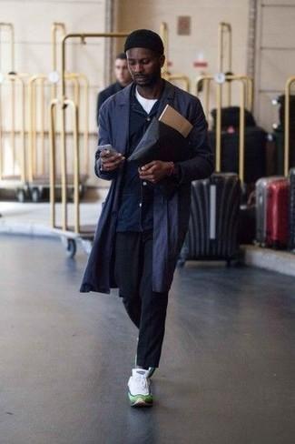 Herren Outfits 2020: Tragen Sie einen dunkelblauen Trenchcoat und eine dunkelblaue Chinohose für einen für die Arbeit geeigneten Look. Wenn Sie nicht durch und durch formal auftreten möchten, ergänzen Sie Ihr Outfit mit weißen Sportschuhen.