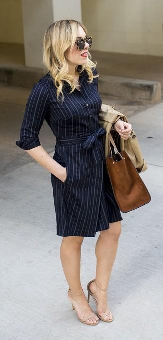 Wie kombinieren: hellbeige Trenchcoat, dunkelblaues vertikal gestreiftes Shirtkleid, hellbeige Leder Sandaletten, braune Shopper Tasche aus Wildleder