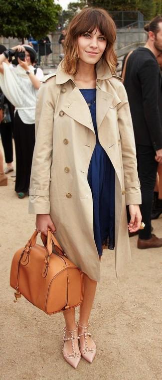 Die Paarung aus einem hellbeige Trenchcoat und einem dunkelblauen Skaterkleid ist eine komfortable Wahl, um Besorgungen in der Stadt zu erledigen. Vervollständigen Sie Ihr Look mit hellbeige beschlagenen Leder Pumps.
