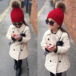 Wie kombinieren: hellbeige Trenchcoat, schwarze Stiefel, rote Mütze, schwarze Sonnenbrille