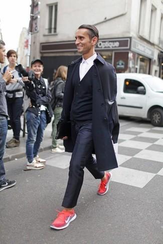 Wie kombinieren: schwarzer Trenchcoat, schwarze Strickjacke, weißes Businesshemd, schwarze Anzughose