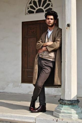 Mode für Herren ab 20 2020: Tragen Sie einen beige Trenchcoat und eine dunkelbraune Chinohose, wenn Sie einen gepflegten und stylischen Look wollen. Ergänzen Sie Ihr Look mit einer dunkelroten Lederfreizeitstiefeln.