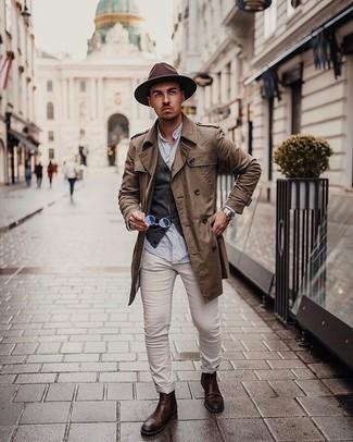 Silberne Uhr kombinieren – 365 Herren Outfits kühl Wetter: Paaren Sie einen braunen Trenchcoat mit einer silbernen Uhr für einen entspannten Wochenend-Look. Setzen Sie bei den Schuhen auf die klassische Variante mit dunkelbraunen Chelsea Boots aus Leder.